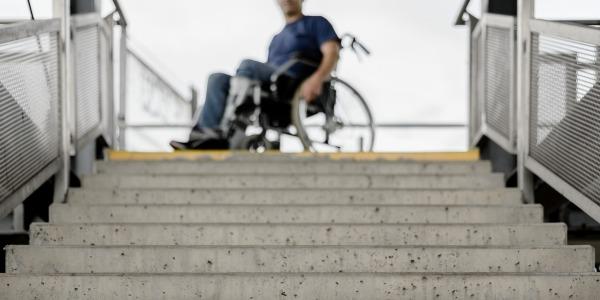 Comment mettre ses escaliers aux normes PMR